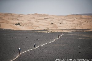 Entering a black gravelly field after passing through the dunes of Jebel Debouaâ.