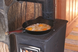 Mmm, œufs norvégien. Breakfast eggs fried on the stove, Norwegian style.