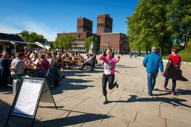 Runners passing Rådhusplassen, only 2 km from the finish line.